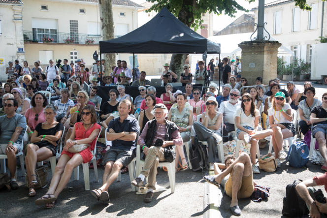 Plus de mille personnes participent chaque jour au Festival international de journalisme de Couthures-sur-Garonne. Ici, en 2018, place de la Calle, le public assiste à la pièce de théâtre «Mieux vaut en rire».