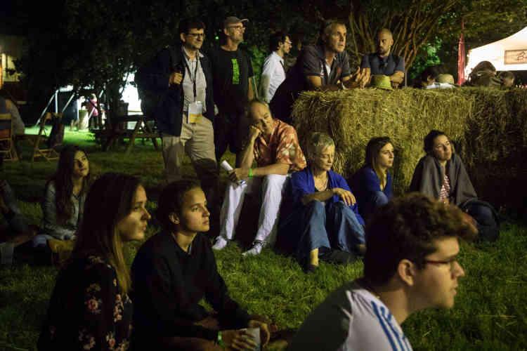 Des rencontres au clair de lune sont animées chaque soir à 23heures par le journaliste Pierre Haski.