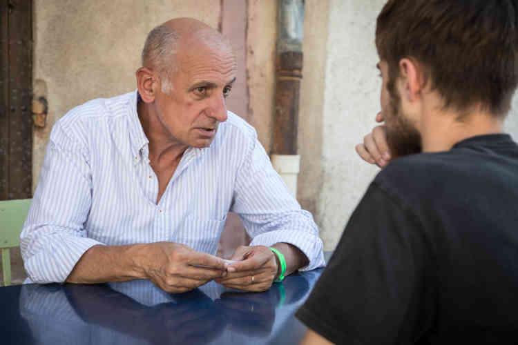 En dehors des conférences, plusieurs journalistes se prêtent au jeu du speed-dating. Ici, Jean-Michel Aphatie passe un quart d'heure de tête à tête avec un festivalier.