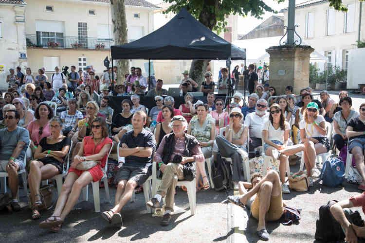 Plus de mille personnes participent chaque jour au Festival international de journalisme de Couthures-sur-Garonne. Ici, place de la Calle, le public assiste à la pièce de théâtre «Mieux vaut en rire».