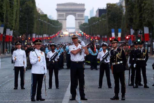 Des militaires singapouriens, japonais et français répètent ensemble pour le défilé du 14-Juillet, à Paris, le 12 juillet.