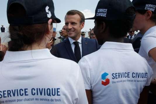 Le président français Emmanuel Macron rencontre des jeunes effectuant leur service civique, le 14 juillet.