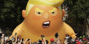 Plus insolite : dans la matinée, un ballon géant représentant un Trump en couche-culotte a flotté près du Parlement.