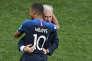 Didier Deschamps et Kylian Mbappé, le 15 juillet, à Moscou.