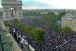 Comme pour la Coupe du monde 1998, une foule compacte s'est massée sur les Champs-Elysées, à Paris, pour fêter la victoire de la France en finale face à la Croatie, dimanche 15 juillet.