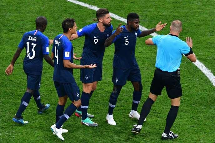 Les joueurs français réclamant un pénalty après la main d'Ivan Perisic.