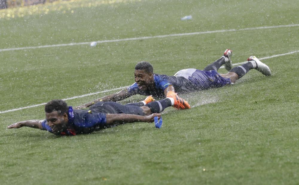 Les joueurs français sur la pelouse du stade Loujniki, à la fin du match.