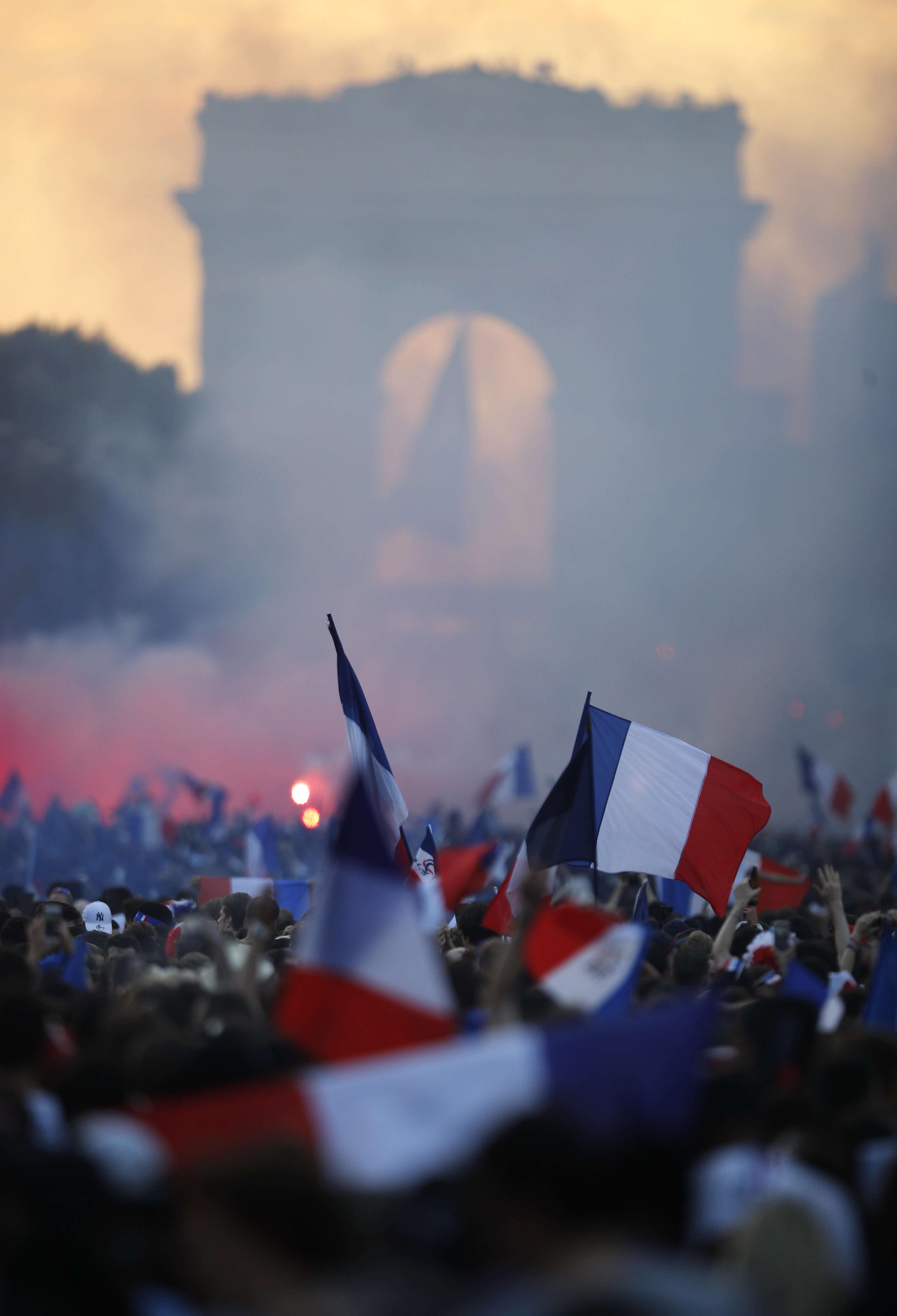 Sur les Champs-Elysées, la foule se rassemble.