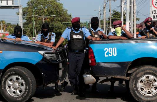 Des policiers à Managua, au Nicaragua, le 14 juillet.