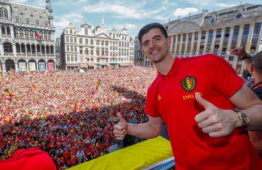 Le gardien belge Thibaut Courtois, acclamé par ses fans sur la Grand-Place de Bruxelles, dimanche 15 juilet.