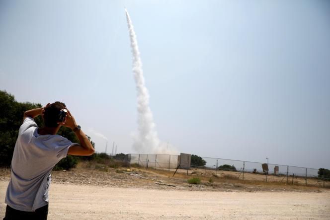 Le système de défense israélien Dôme de fer tente d'intercepter une roquette à Ashkelon, au nord de Gaza, le 14 juillet.