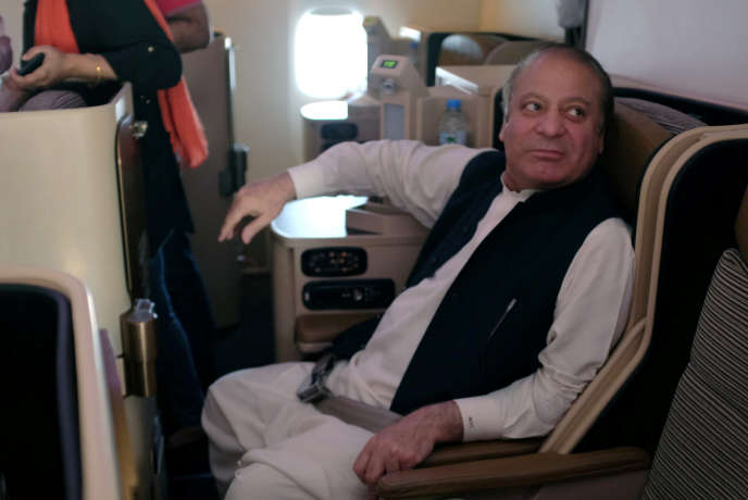 L'ancien premier ministre pakistanais dans un avion pour le Pakistan, le 13 juillet.