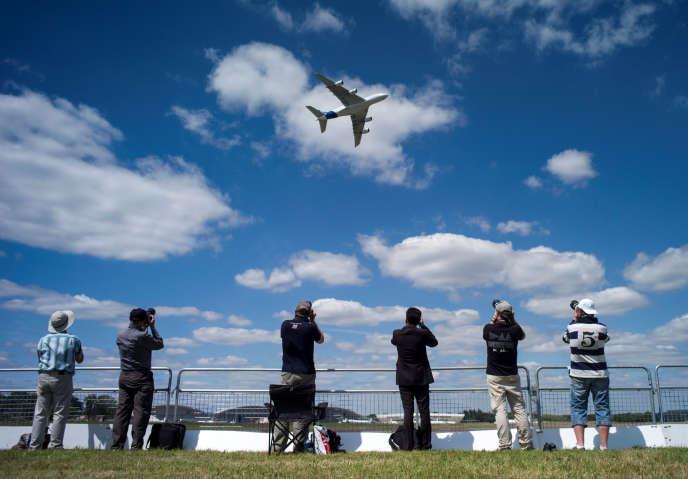 Un A380en démonstration lors duSalon de l'aéronautique de Farnborough, dans la banlieue de Londres, en juillet 2014.