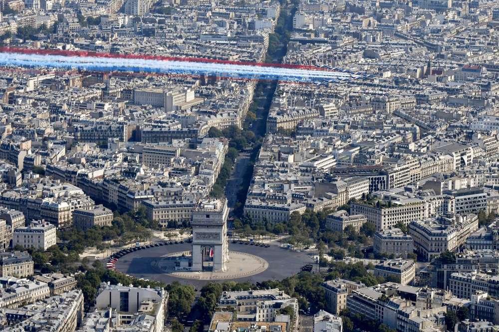 La patrouille de France au-dessus de la place de l'Etoile, à Paris le 14 juillet.