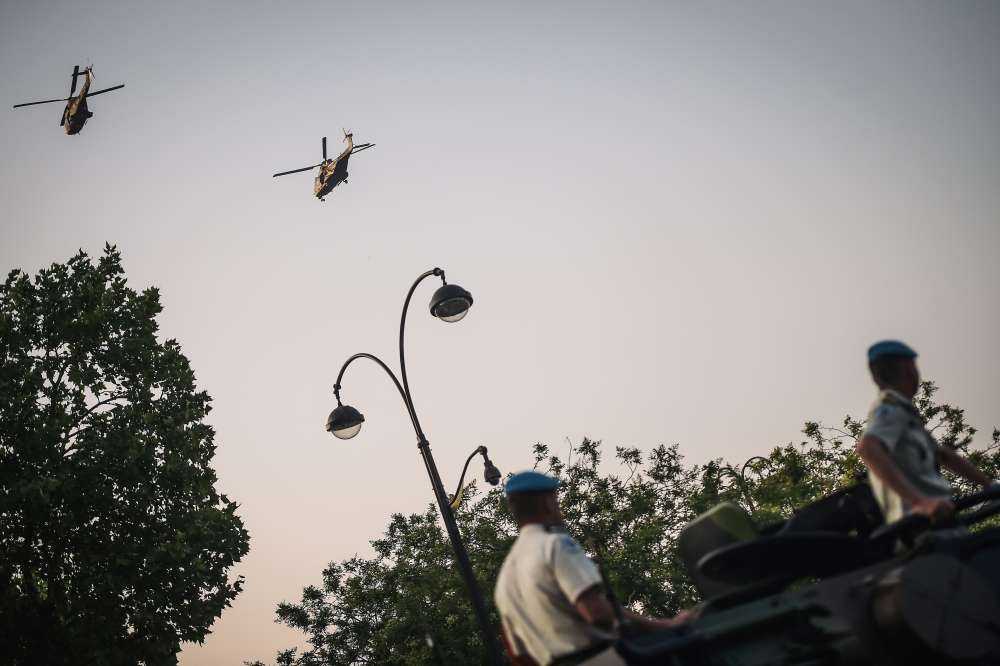 18 hélicoptères de l'aviation légère de l'armée de terre survolent l'avenue des Champs-Elysées avant le défilé du 14-Juillet.
