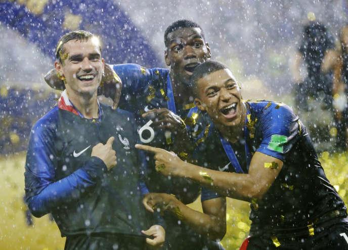 «Hernandez, Griezmann, Pogba n'ont jamais joué avec des clubs professionnels en France, Varane est parti pour Madrid à l'âge de 18 ans, Dembélé pour Dortmund à 19 ans» (Photo: Griezmann, Pogba et Mbappé, le 15 juillet, après la finale de la Coupe du monde de football).