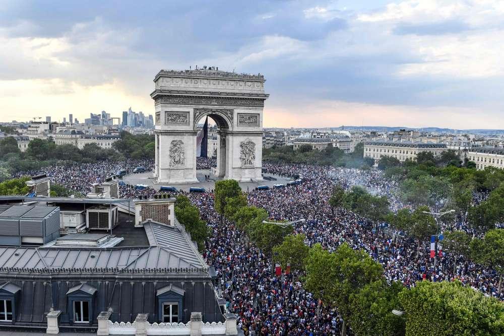 Les supporteurs se massent sur les champs-Elysées et la place de l'Etoile, à Paris.