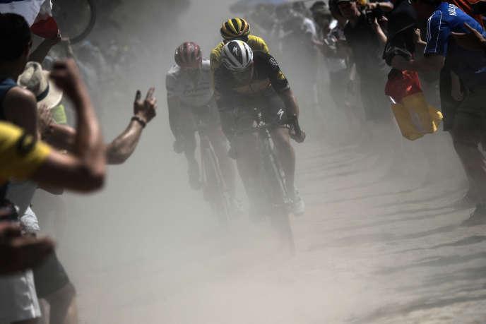 Les Belges Yves Lampaert (devant) et Greg Van Avermaet (maillot jaune) devancent l'AllemandJohn Degenkolb entre Arras et Roubaix, le 15 juillet. / AFP PHOTO / POOL / Jeff PACHOUD