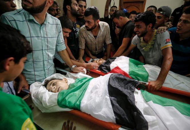 Les corps des deux adolescents tués le 14 juillet par un raid israélien, ici le 15 juillet, dans une mosquée de Gaza.