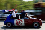 Des supporters de l'équipe de France dans une voiture tricolore, dimanche 15 juillet, avant la finale de la Coupe du monde opposant la France à la Croatie.