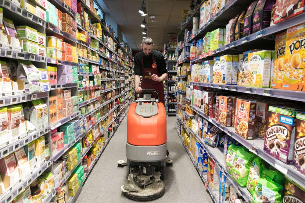 Alexandre, gérant d'un Franprix boulevard Beaumarchais, nettoie les allées du magasin en regardant la finale de la Coupe du monde sur son téléphone.