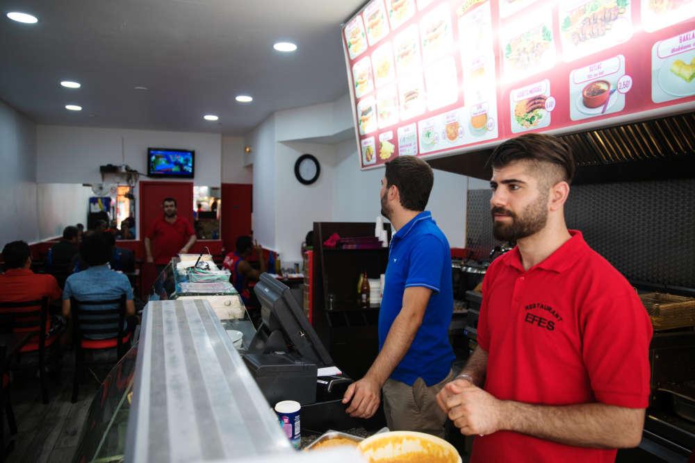 Au restaurant Efes, resté ouvert pendant tout le match, les cuisiniers suivent le match tout en servant les clients.