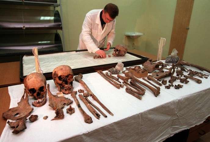 Examen des restes présumés de Nicolas II et de sa famille, dont l'Eglise orthodoxe conteste l'authenticité, à Ekaterinbourg, en janvier 1998.