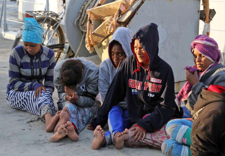 Des migrants africains sauvés par les garde-côtes libyens, à Tripoli, le 12 juillet 2018.