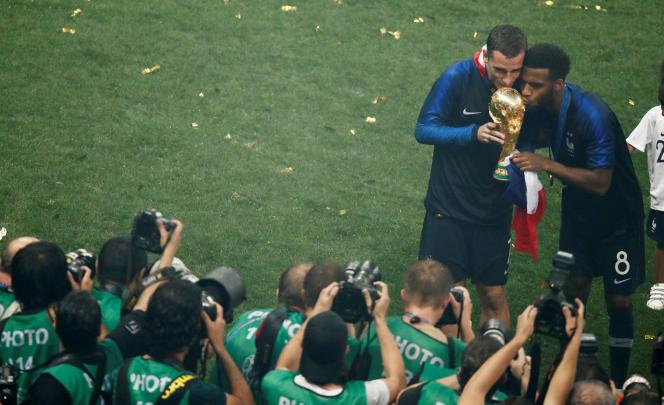 Antoine Griezmann et Thomas Lemar posent avec le trophée devant les photographes, à Moscou le 15 juillet.