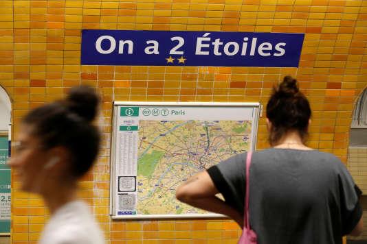 La station Charles-de-Gaulle–Etoile s'est transformée pour l'occasion en « On-a-2-Etoiles ».