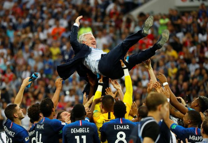 Didier Deschamps soulevé par les Bleus pour fêter leur victoire à la Coupe du monde, au stade Loujniki, à Moscou (Russie), le 15 juillet.