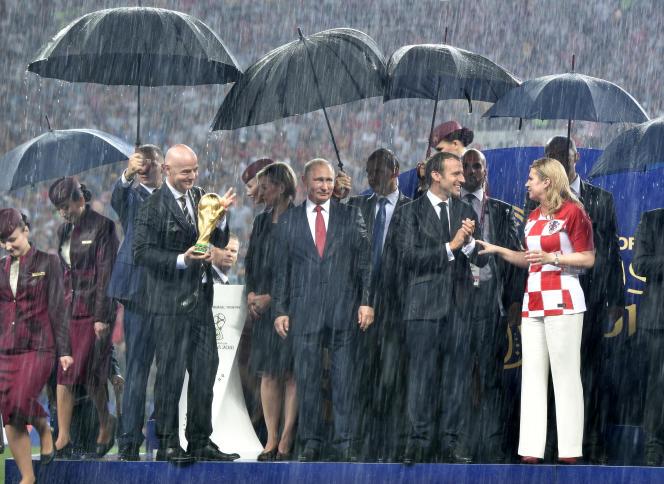 Vladimir Poutine (au centre), aux côtés des présidents de la FIFA, de la France, et de la Croatie, à Moscou, le 15 juillet.