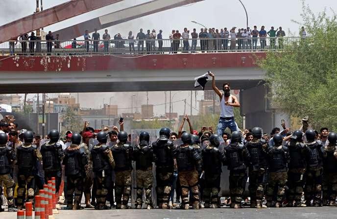 Confrontation entre des manifestants et les forces de l'ordre à Bassora, dans le sud de l'Irak, le 15 juillet.