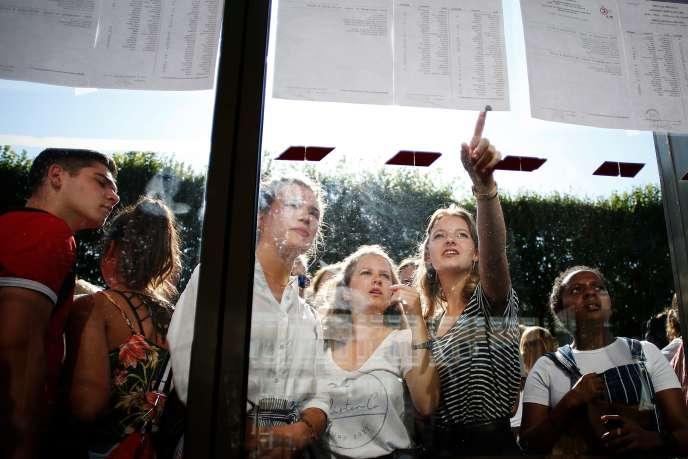 Des élèves consultent les résultats du bac, au lycée Malherbe, à Caen, le 6 juillet.