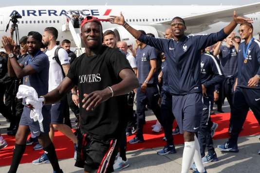 Benjamin Mendy (au premier plan) et des joueurs de l'équipe de France à leur arrivée à Roissy-Charles de Gaulle, le 16 juillet.
