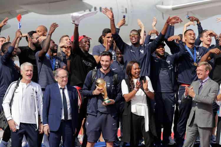 L'ensemble de l'équipe pose, en compagnie de la ministre des sports, Laura Flessel, et du président de la FFF, Noël Le Graet.