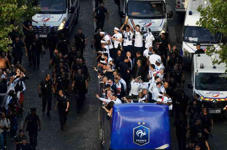 A leur arrivée près des Champs-Elysées, les Bleus changent de tenue et de bus, avant de s'élancer sur la« plus belle avenue du monde» où les attendent des milliers de personnes.