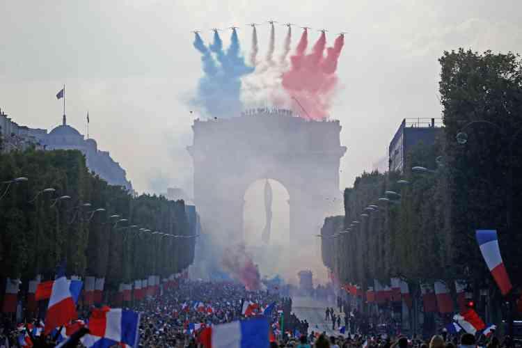 Au passage de la Patrouille de France, les couleurs bleu, blanc, rouge du drapeau français habillent le ciel de Paris pendant la descente du bus.