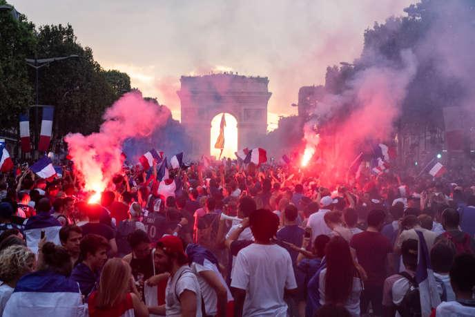 Des dizaines de milliers de personnes se sont rassemblées sur les Champs-Elysées, le dimanche 15juillet.