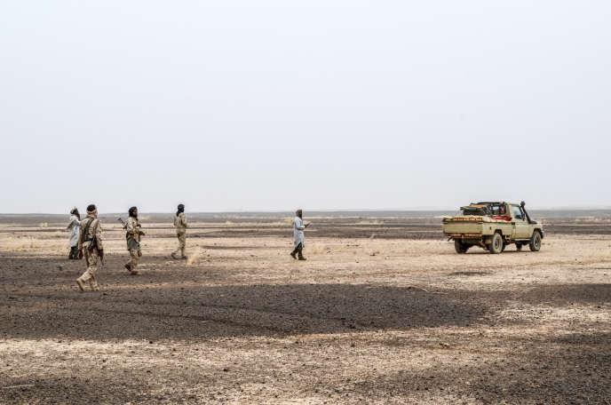 Des membres du MSA(Mouvement pour le salut de l'Azawad) patrouillent près de la frontière nigérienne près de Menaka (Mali), en février.