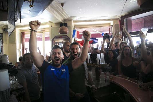 Paris, le 15 juillet 2018. Finale de la coupe du monde de football entre la France et la Croatie. Bar Le Carillon dans le 10me arrondissement de Paris. Premier but de l'équipe de France, les serveurs du Carillon exultent.