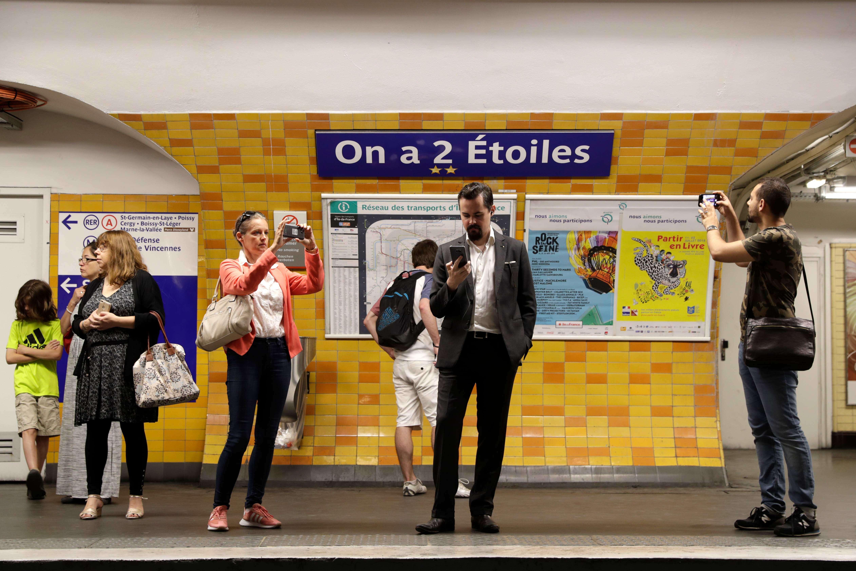 Sur la ligne 2, Charles-de-Gaulle–Etoile s'est transformée en « On-a-2-Etoiles ». Par ailleurs,Victor-Hugo est devenue « Victor-Hugo-Lloris », Bercy est dite « Bercy-les-Bleus », Notre-Dame-des-Champs est renommée « Notre-Didier-Deschamps ».