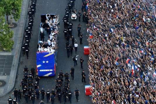 Des centaines de milliers de personnes ont acclamé le bus des champions du monde.