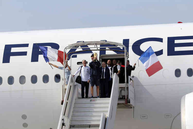 Hugo Lloris, capitaine de l'équipe, brandissant la coupe, est sorti le premier de l'avion succédé par Didier Deschamps et Noël Le Graet, le président de la FFF, et suivi du reste de l'équipe.