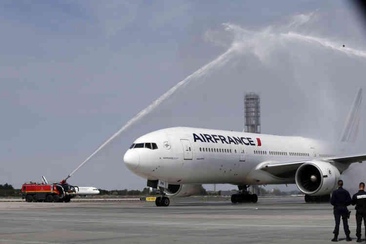 L'avion transportant les nouveaux héros nationaux aatterri peu avant 17 heures à l'aéroport de Roissy, moins de vingt-quatre heures après leur victoire.Les pompiers leur ont offert un «water salute», un arc monumental réalisé avec des lances à eau à plein régime.