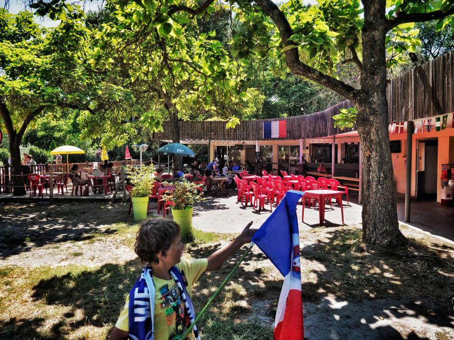 Au Camping du Pont d'Avignon, les vacanciers se préparent pour le match.