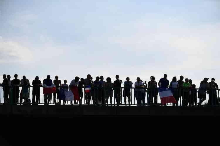 Depuis les ponts, au-dessus de l'autoroute qui relie l'aéroport à Paris,des supporteurs attendent le passage du bus des champions du monde.