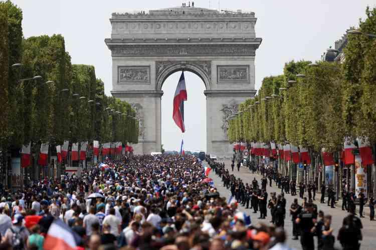 Dès le début d'après-midi, de nombreux supporteurs se sont massés sur les Champs-Elysées dans l'attente de la descente de l'avenue par le bus transportant l'équipe de France.