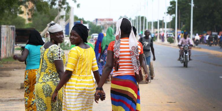 Des jeunes filles se rendent au travail aux abords de la rue de 40, à N'Djamena, en juillet 2018.