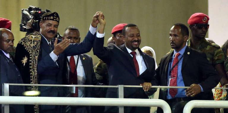 Le président érythréen Isaias Afwerki (à gauche) avec son homologue éthiopien Abiy Ahmed, le 15 juillet 2018 au Millenium Hall d'Addis-Abeba.